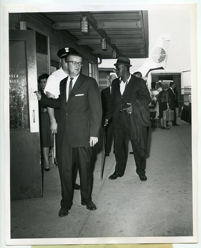 1963-boxing-sonny-liston-vintage-photograph-o-hare-airport-chicago-il-3.gif