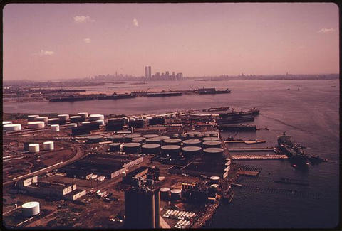 640px-BAYONNE_NEW_JERSEY_ON_UPPER_NEW_YORK_BAY_WITH_THE_MANHATTAN_SKYLINE_IN_THE_BACKGROUND._LANDS_ADJACENT_TO_THE_BIGHT..._-_NARA_-_555724