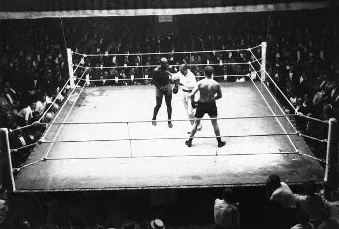 French_referee_(and_champion_boxer)_Georges_Carpentier_intervenes_during_the_bout_between_Jack_Johnson_(left)_and_Frank_Moran_in_Paris._1914_